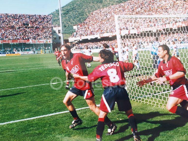 Tosto esulta dopo il gol al Cagliari