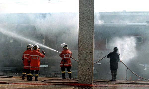 Pompieri in azione alla stazione di Salerno