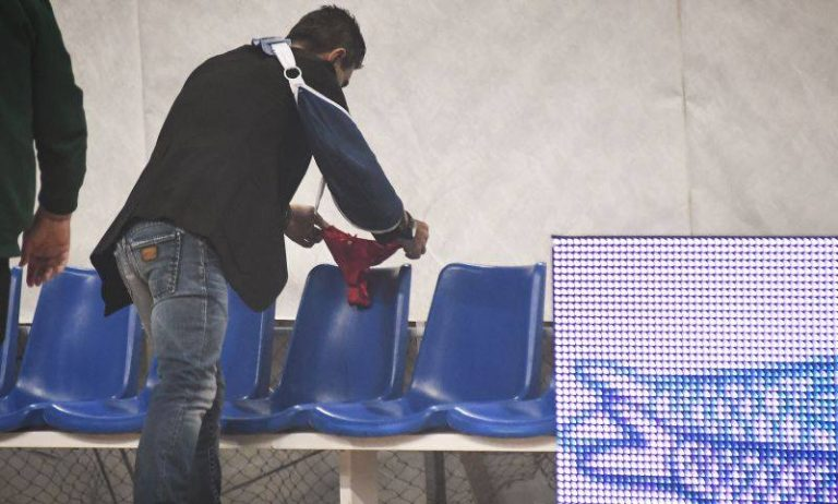 Il perizoma rosso sulla panchina dell'Olympiacos